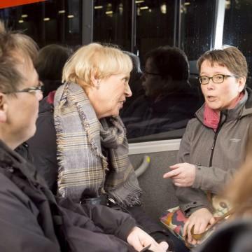 Gesprächsrunde im Bus