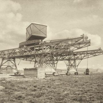 Erzverladekräne während der Montage, 1916. Fotografische Sammlung Museum Industriekultur Osnabrück