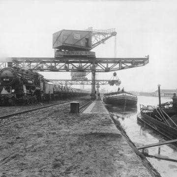 Erztransportzug beim Beladen im Osnabrücker Hafen. 1935. Fotografische Sammlung Museum Industriekultur Osnabrück