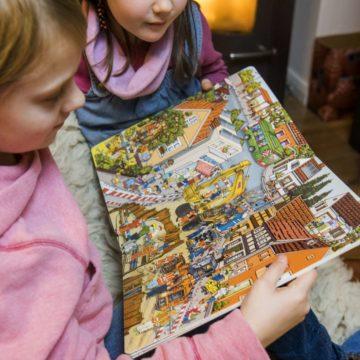 Kinder mit Stadtwerke-Wimmelbuch