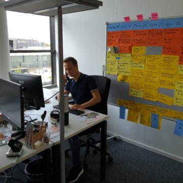 Brainstorming-Wand im Büro mit Azubi